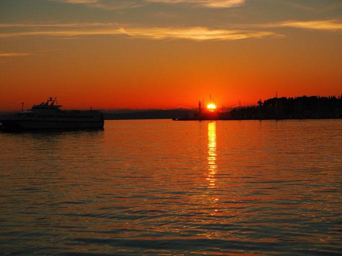 時間が経っていくとともに 空も海もオレンジ色から赤に染まっていきます