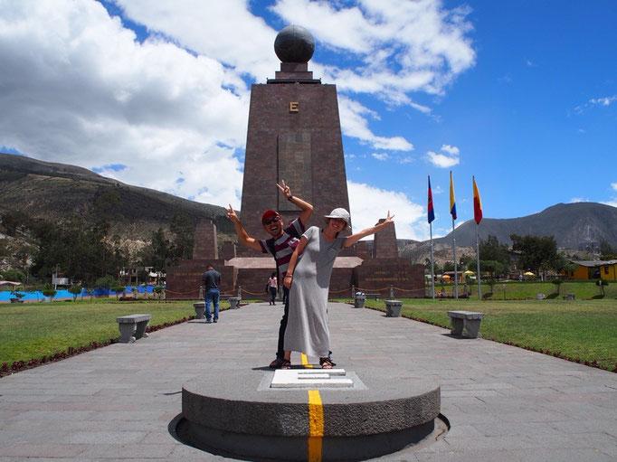 赤道記念碑に到着 高さ約30m その先には直径約4.5mの球体が乗っている様子は遠くから見ても迫力満点