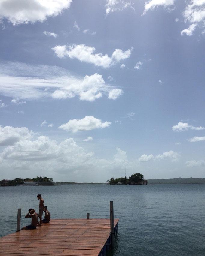 目の前の湖では近所の子ども達がよく泳いでいました