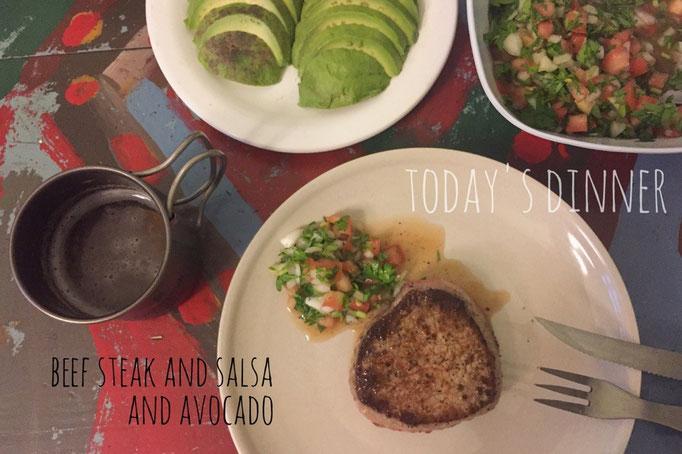 アルゼンチンに入ると牛肉がおいしくて安いのでステーキばかりに 牛肉のステーキ 自家製サルサ アボカドスライス