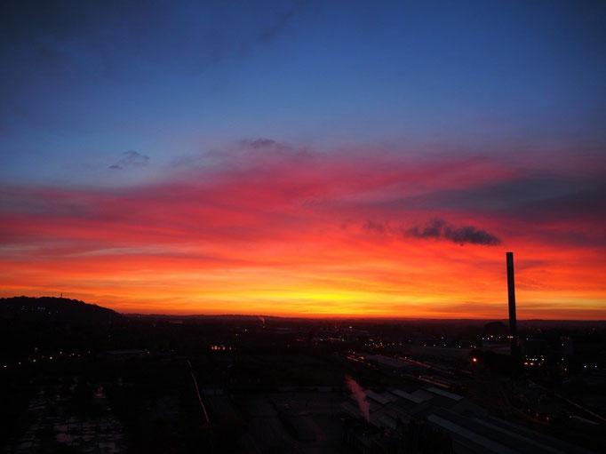 真っ赤に染まっていく空を見ていると 今日も1日いい日になりそう