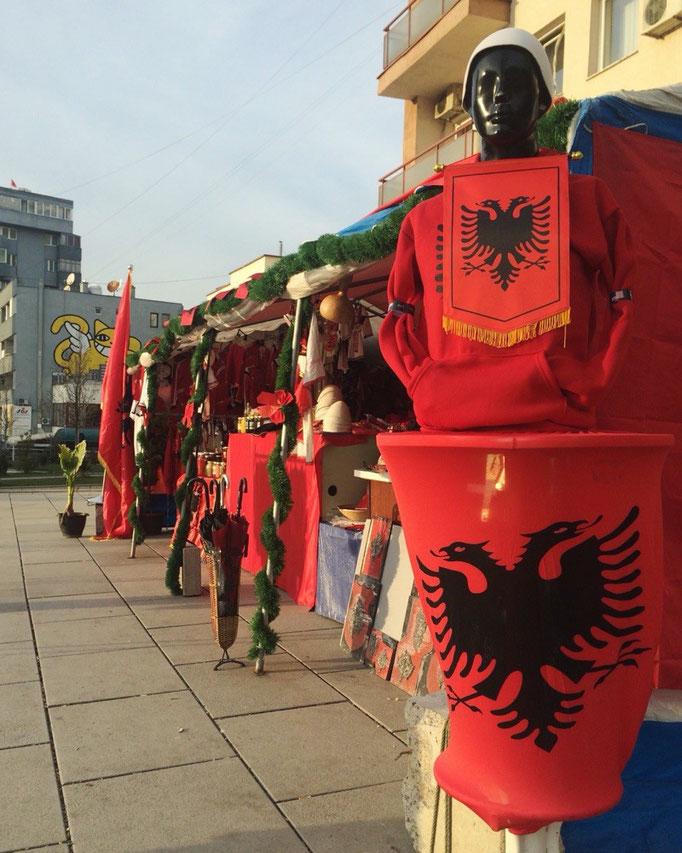 大通りを歩くとコソボの国旗の柄が入ったものが売られていて 独立を勝ち取った国という雰囲気