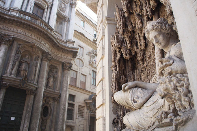 ローマの街中にある 小さな交差点 四つ角すべてにこんな彫刻がある 出し惜しみをしない感じ...好きです♡