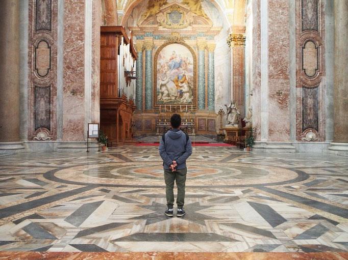 教会の中は淡い色合いのコントラストで まるでCGの世界の中にいるみたい