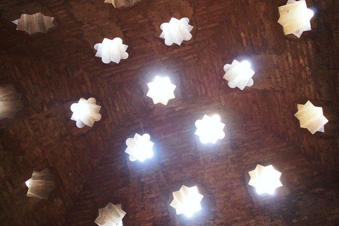 天井には光を取り入れるために こんな風にかわいく明かり取りが開いている建物も