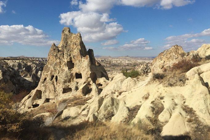 一緒に気球に乗った彼とも偶然再会 一緒に歩いていると面白い形の岩がたくさん
