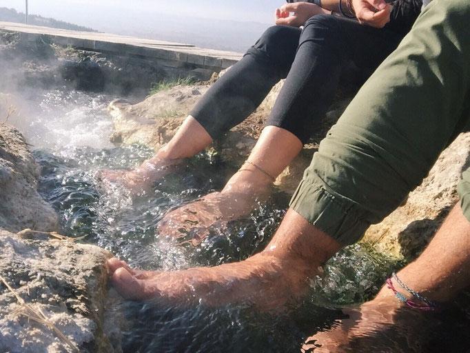 そして パムッカレには今も足湯ができる場所が まるで老夫婦のように背中を丸めて足湯でぬくぬく♡
