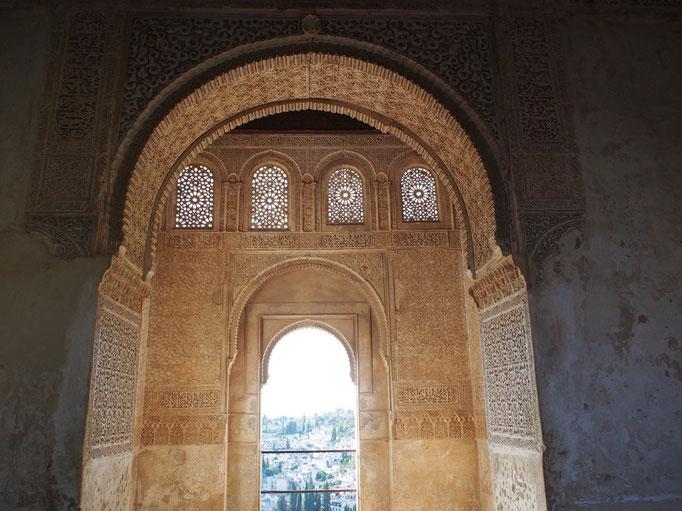 アルハンブラ宮殿では繊細で華やかな装飾が印象的で 光を通すと美しいレースを眺めているよう