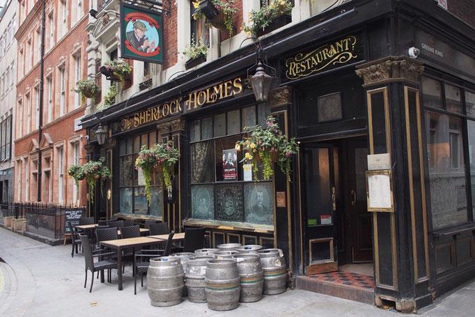 """そんなベーカーストリートにあるパブ""""シャーロックホームズ"""" ここはホームズファンの聖地となっているそう"""