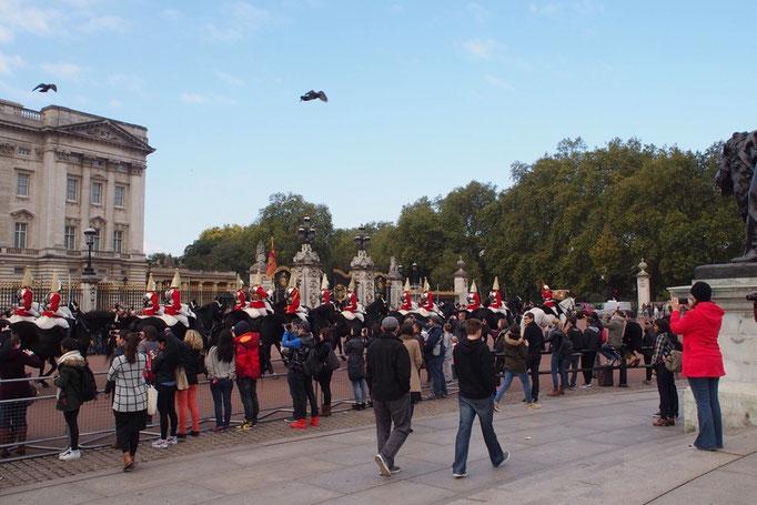 この日は衛兵交代式の日ではなかったけれど その時間には騎馬隊の行進を観ることができました