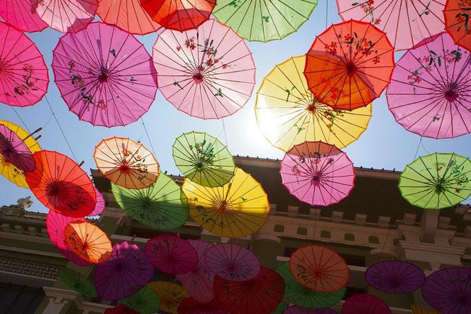 ポルトガルみたいな傘の天井 お日様が当たって キラキラきれい