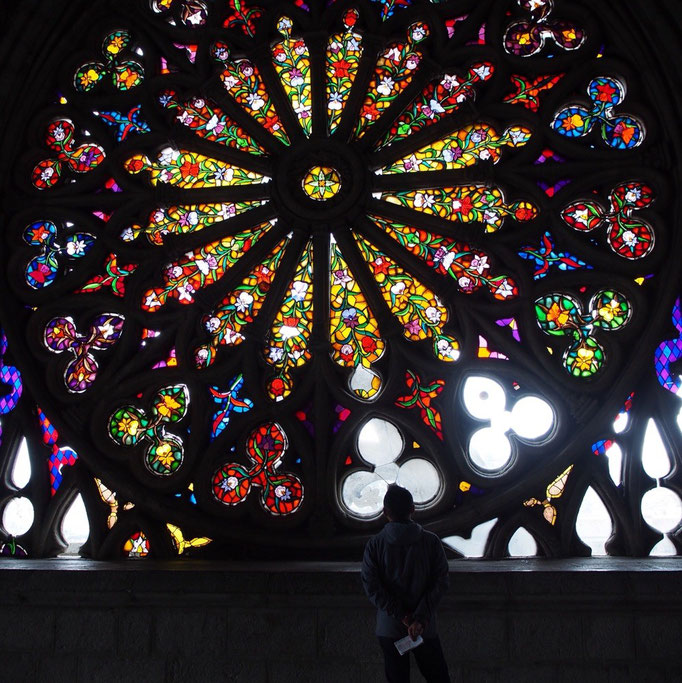 バシリカ教会のステンドグラス 光が通るとなんとも言えない美しさ