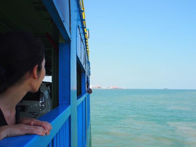 ペナン島へはフェリーに乗って のんびりのんびり渡ります
