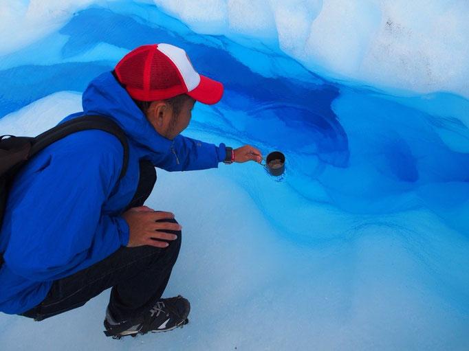 氷河の溶け出した水はとても青く澄んでいて どこまでも奥が見えました