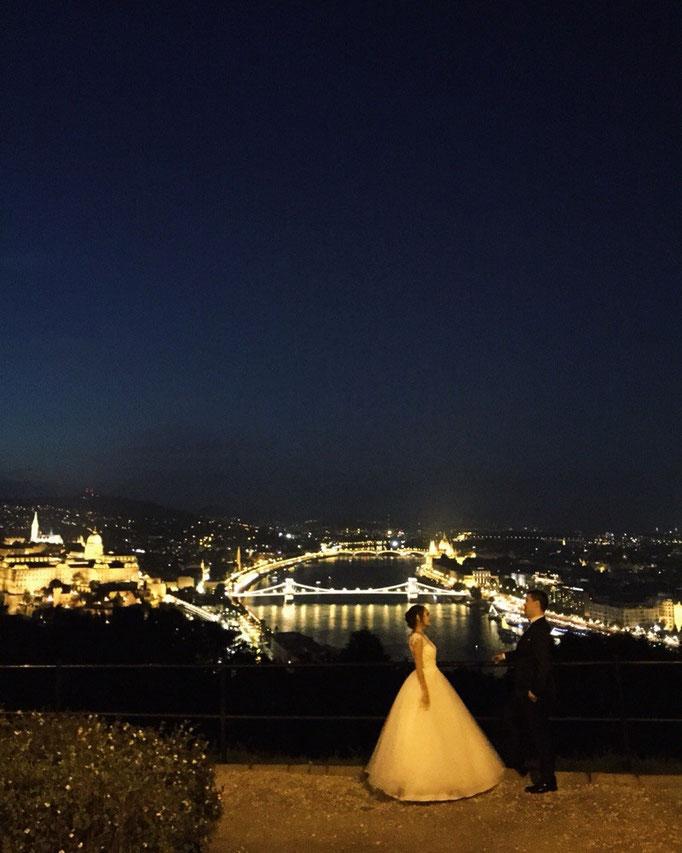 綺麗な夜景スポットで記念撮影をする花婿さん花嫁さんにバッタリ 幸せのおすそわけをいただきました♡