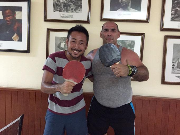 バラデロ滞在中にキューバ人の旅行者の方と卓球で白熱の試合をしていた旦那さん 試合後の良い笑顔
