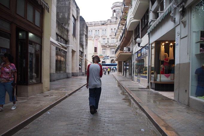 小雨の降った後の道 薄暗い旧市街の街並みと 歩いているだけで絵になるおじいさん