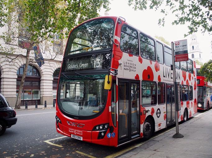 ロンドンの街でたまに見かけたお花柄のダブルデッカー 最終日に写真に撮れて嬉しい