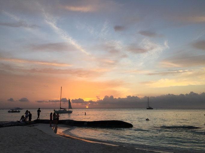 ビーチから観た夕陽 カリブ海が夕陽に照らされると 少し緑色かかってとてもきれい