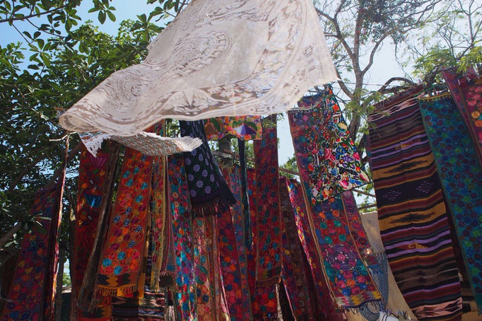 トゥルム遺跡の前の道にはお土産屋さんがたくさん 中には素敵な布やレースを扱っているお店も