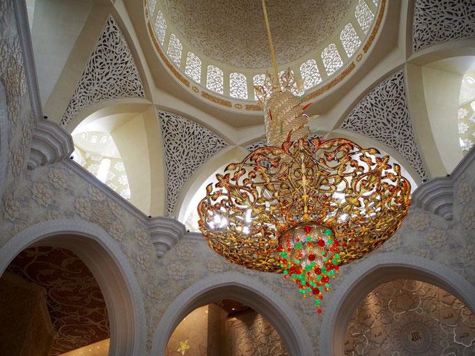 モスクの中に進むと目の前に現れる とても大きくて 煌びやかなシャンデリア。