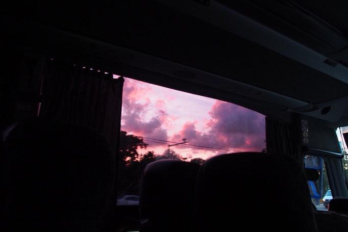 帰りのバスの中からみた夕焼け