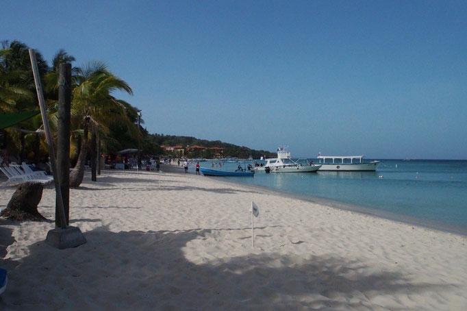 ここでも綺麗なカリブ海のビーチが広がっていて ビーチサイドにはたくさんのビーチチェアのほかにバーもあったりして