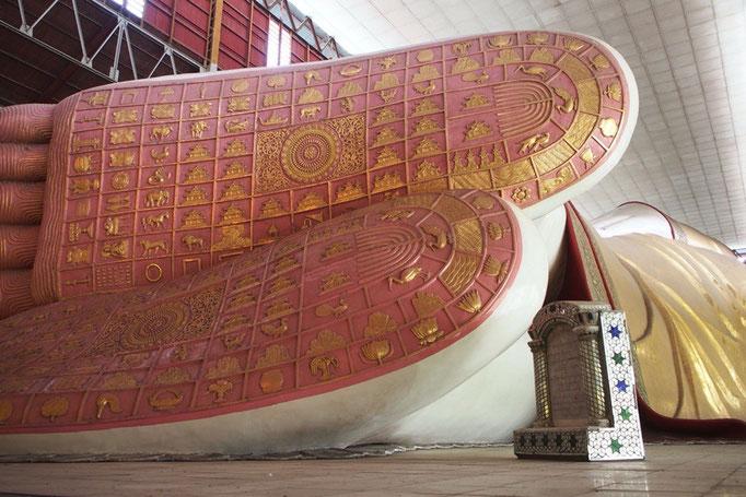 涅槃仏の足の裏には 仏教の宇宙観を表している さまざまな模様が