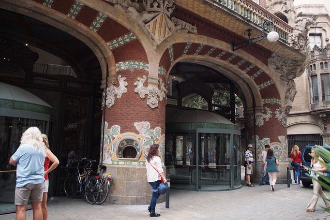 前日は夜だったので外観がよく分からず...お昼のカタルーニャ音楽堂を眺めに寄り道を