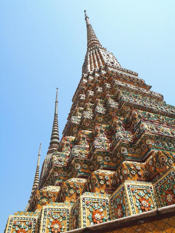 装飾は浮き彫りのようになっていて 1つ1つの仏塔が全然違った存在感