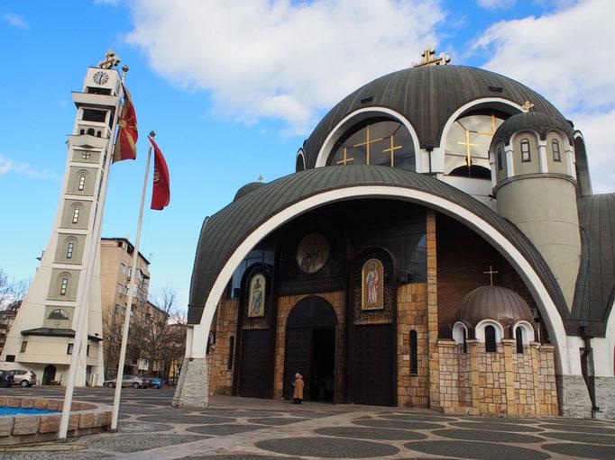 1990年に造られた聖クリメント大聖堂はとてもおもしろい形の教会