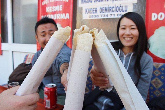 次はカラハユットという小さな町へ まずはみんなでお昼ごはん お昼は軽めにケバブで乾杯♡