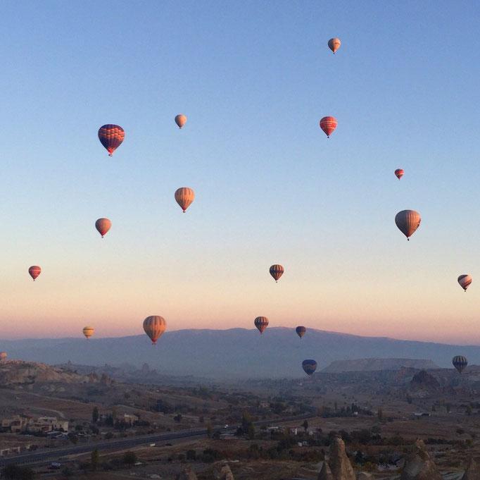 朝日が顔を出すと 気球もほんのりピンク色 なんだかメルヘンの世界にいるみたい