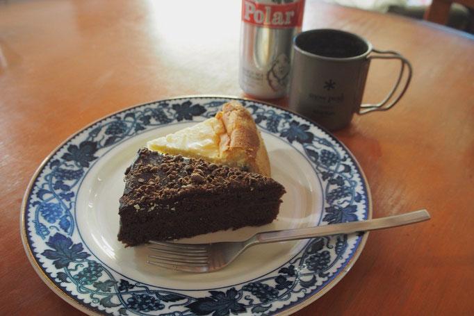 お昼ごはんの時間を逃してしまって ご近所のケーキ屋さんのケーキをお持ち帰り 3時のおやつに予定変更♡