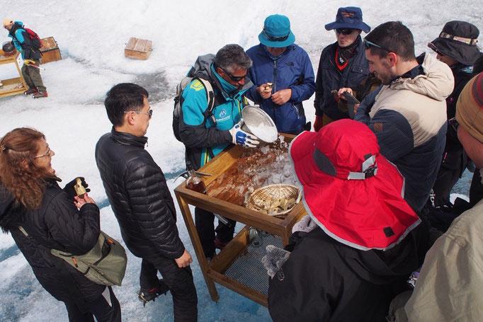 2時間ほどの氷河トレッキングをしたら 氷河の氷でウイスキーのオンザロック