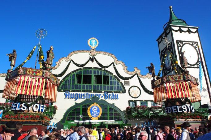 """待ち合わせをして初めに向かったのは ミュンヘンっ子の1番人気""""Augustiner brau""""のテント"""