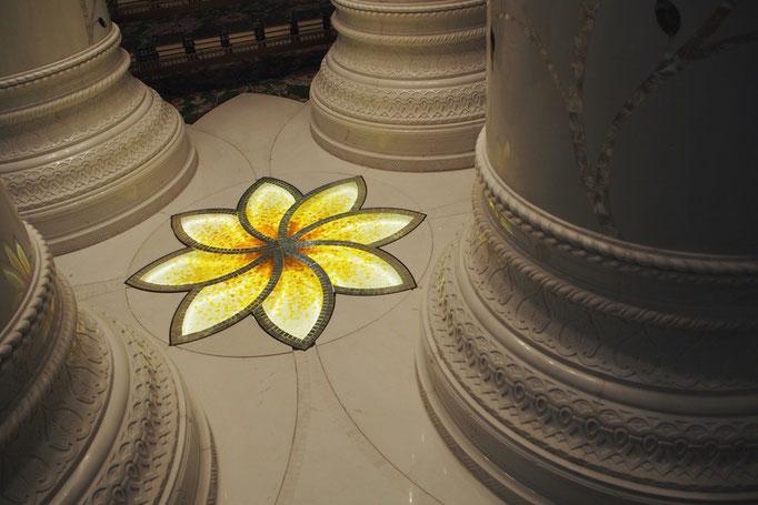 モスクの中の柱の真ん中には やさしく光るお花のモチーフが♡