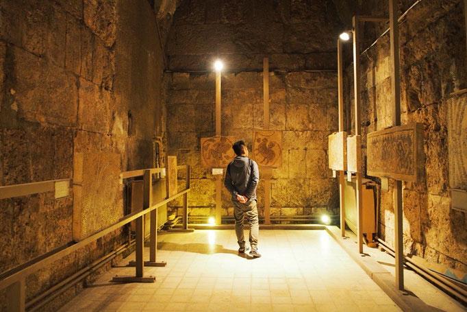 ローマ劇場に併設されている博物館では 衣類や装飾品など様々なものが展示されています