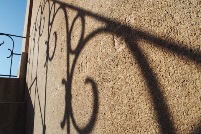 鐘楼にのぼる時に上がった階段 壁にはなにかの文字が彫られていました