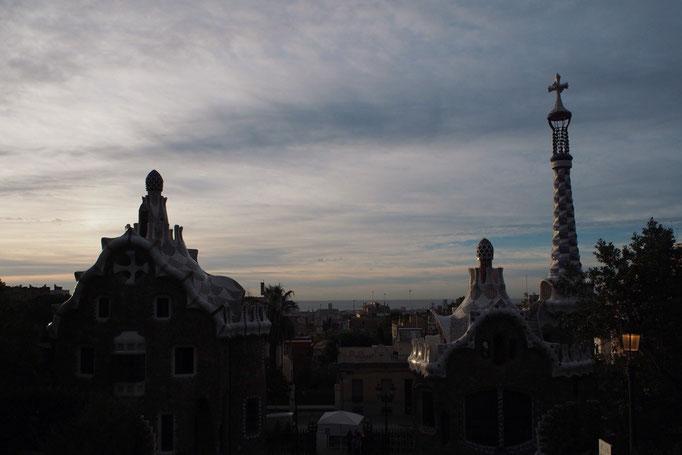 グエル公園の朝 徐々に光が当たりはじめて 辺りや入り口近くの屋根も明るくなっていきます