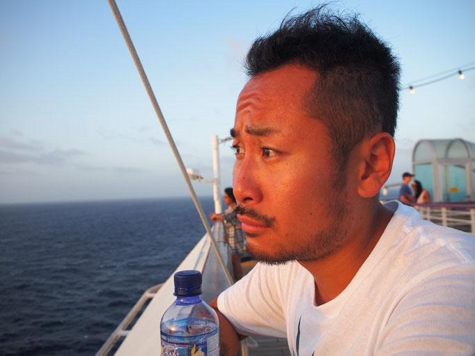 無事にクルーズ船に到着 デッキから海に沈む夕陽を眺めます