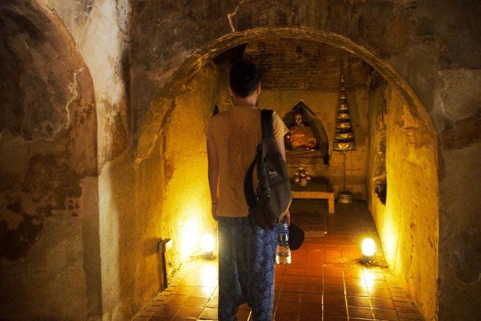 洞窟の中には大小さまざまな仏像が祀られていて 神聖ながらもあたたかい雰囲気