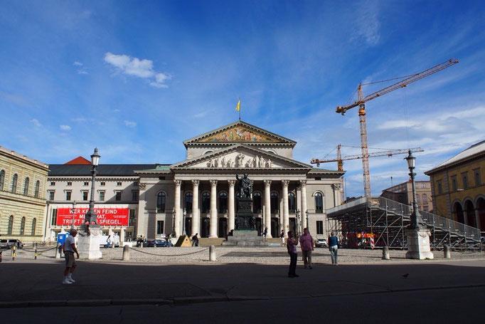 青い空に映える国立歌劇場