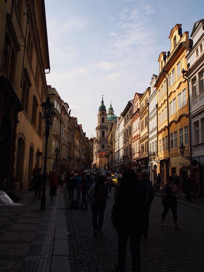 プラハの街並み 左側に小さく白い布が写っているのはその奥で座っている花嫁さん♡