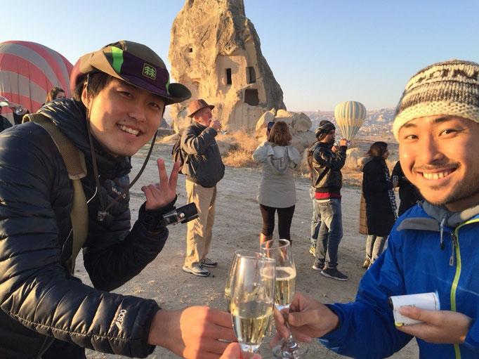 気球が無事に着陸した後は みんなでわいわいシャンパンタイム 偶然滞在先が同じだった旅人さんと乾杯