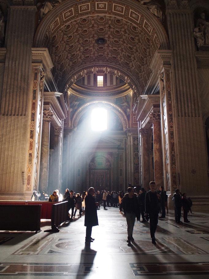 いろんな人たちが思い思いに祈りを捧げていて その姿は 見る人にとても神聖に映るのでした