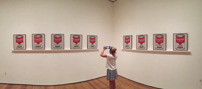 アンディ ウォーホル作 キャンベル缶の写真を撮る女の子
