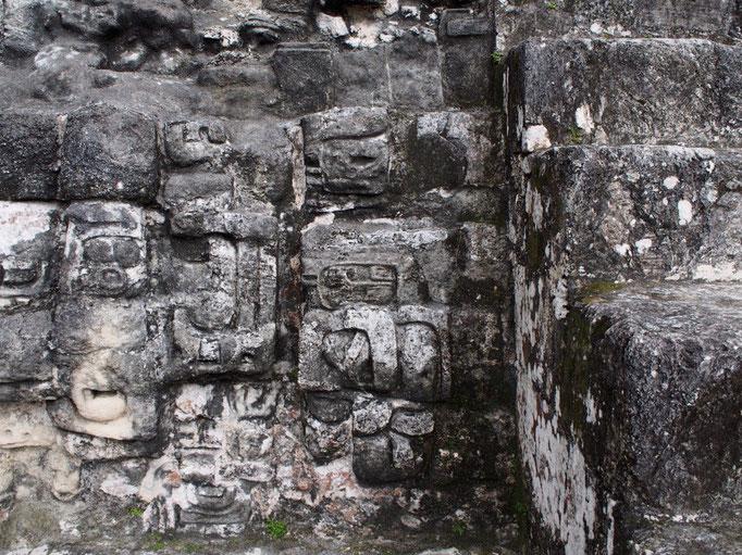 石に細かな装飾が施されているものも 広大な敷地を見て回るのはとても時間がかかります