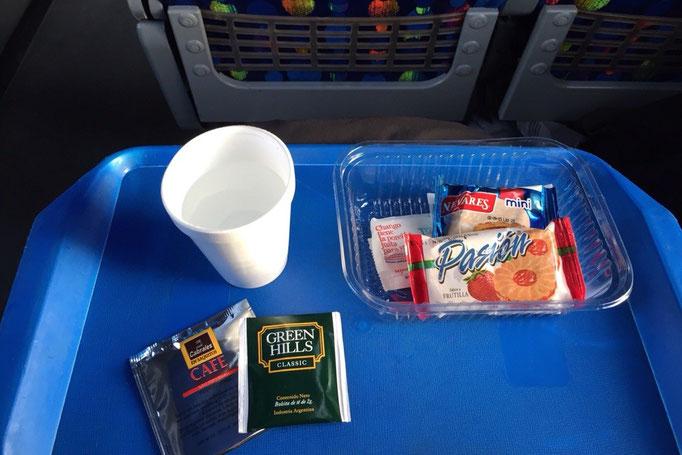 プエルトモンからバスに乗りバリローチェへ 温かい紅茶が起きたての身体に染みていきます
