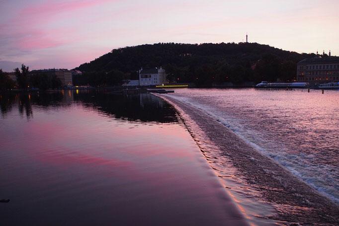 夕暮れ時のヴルタヴァ川に空の色が映って やさしい色がどこまでも広がります